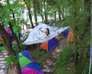"""石燕湖现""""树上帐篷""""游人高空入睡 惊险刺激"""